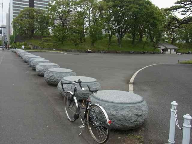 26皇居内堀通り 車止め.jpg