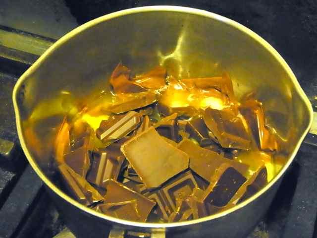 チョコレートとバターを溶かします。.jpg