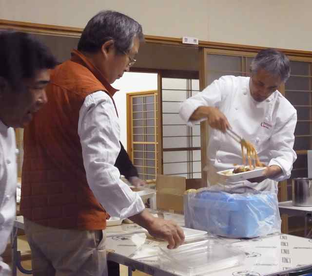 メインのパスタ盛り付け中の専務横山さんと、社長さん.jpg