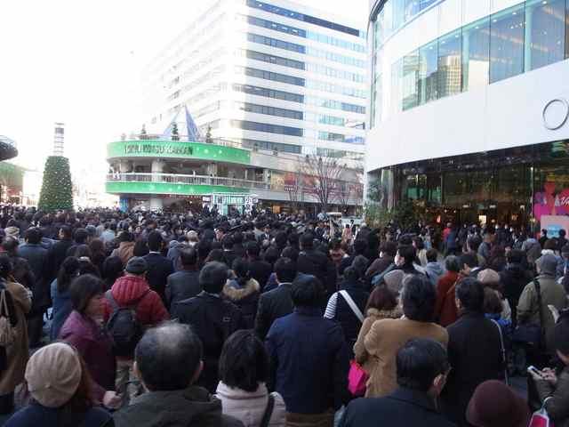 一方、まだ到着しない細川護煕さんを待つ聴衆。.jpg