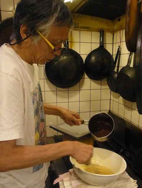 先ほどの全卵の生地にチョコの溶けたのを混ぜ合わせます。.jpg