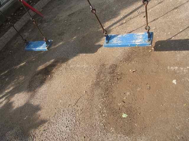 小さな公園の、ブランコの足元.jpg