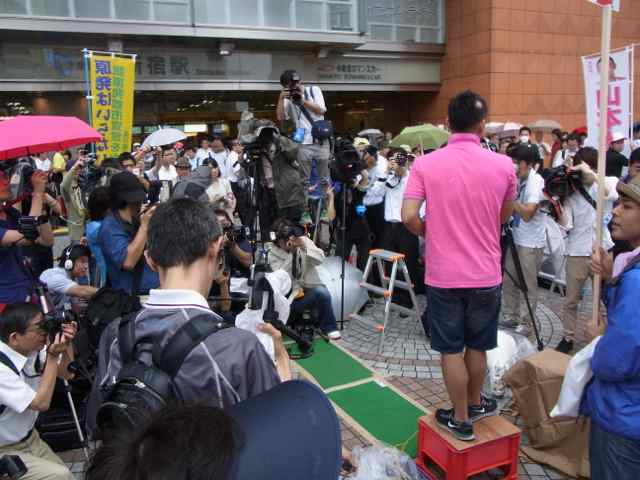 山本太郎さんは、ビールのカートンケースを台にして。.jpg