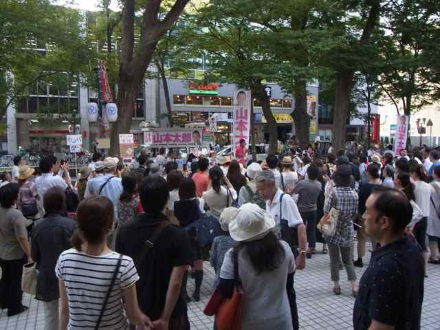 府中駅の聴衆。.jpg