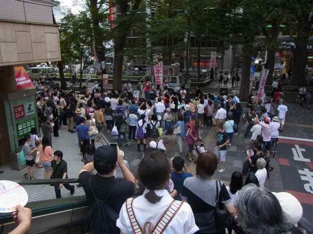 府中駅の聴衆その2.jpg