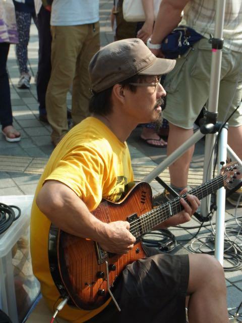 有楽町ミュージシャンギター.jpg