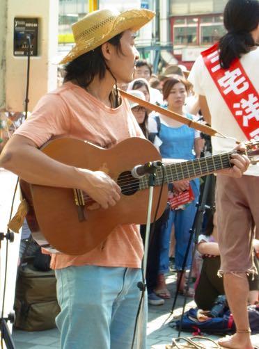有楽町ミュージシャンギター1.jpg