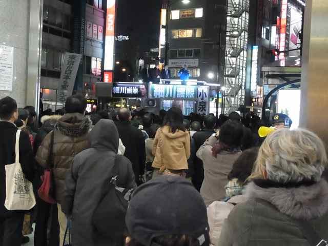 東武デパートエントランスに食い込む聴衆。.jpg