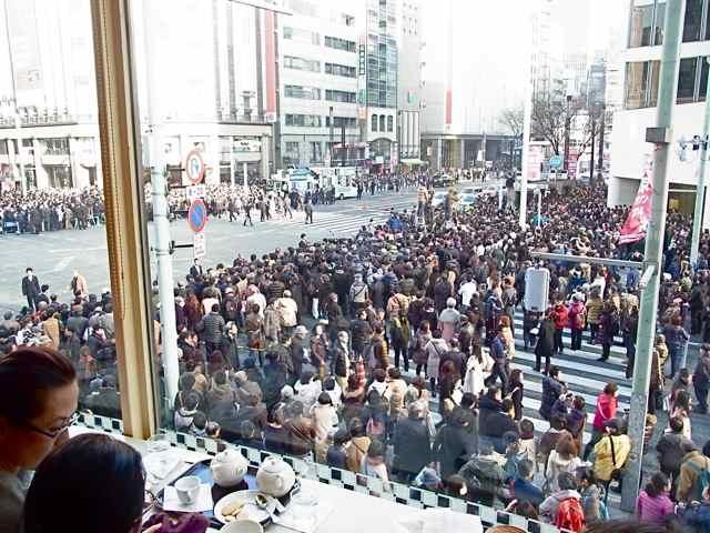 細川さんの聴衆@三愛ビル側.jpg