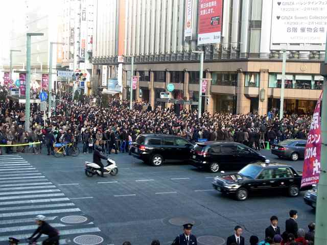 細川さんの聴衆@三越側。.jpg