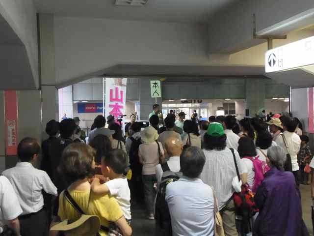 練馬駅北口の聴衆(まだまだ見えないところにもいますよ).jpg