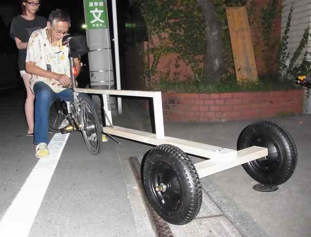 自転車への取り付けは、平ゴムをぐるぐぅる。.jpg