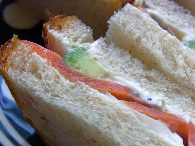 アヴォカドとサーモンのサンドイッチの、アップ.jpg