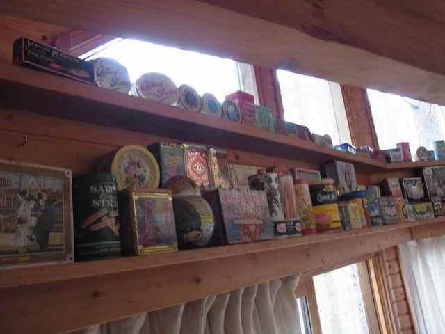 棚の、缶.jpg