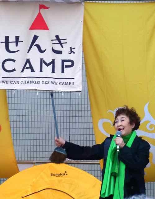 なぜか、ほーきを持って歌う、加藤登紀子さん。.jpg