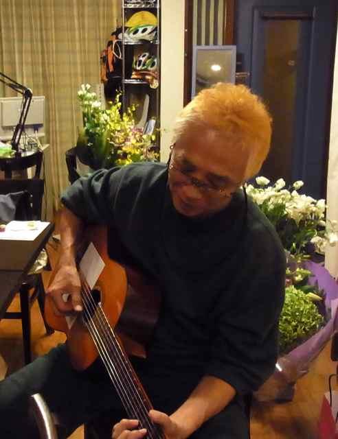 ギターを弾く、ナイスなおとこ.jpg